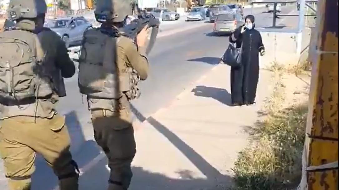 Soldados y mujer palestina