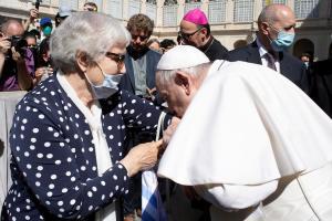 El papa Francisco besó el número tatuado en el brazo de una sobreviviente de experimentos médicos en el campo de concentración nazi de Auschwitz
