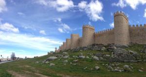 Se mencionaa la ciudad castellana de Ávilacomouno de los lugares de la Hispania romana en los que se podía encontrar una comunidad judía