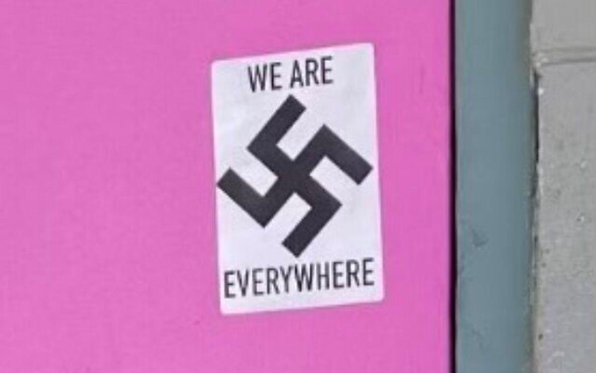 Un hombre alto y delgado con capucha y máscara fue captado por una cámara de seguridad pegando stickers nazis en un museo judío en Alaska