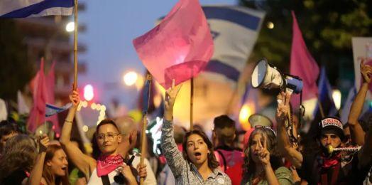 """Bennett pide a manifestantes  contra Netanyahu evitar """"provocaciones"""" en vísperas del nuevo gobierno"""