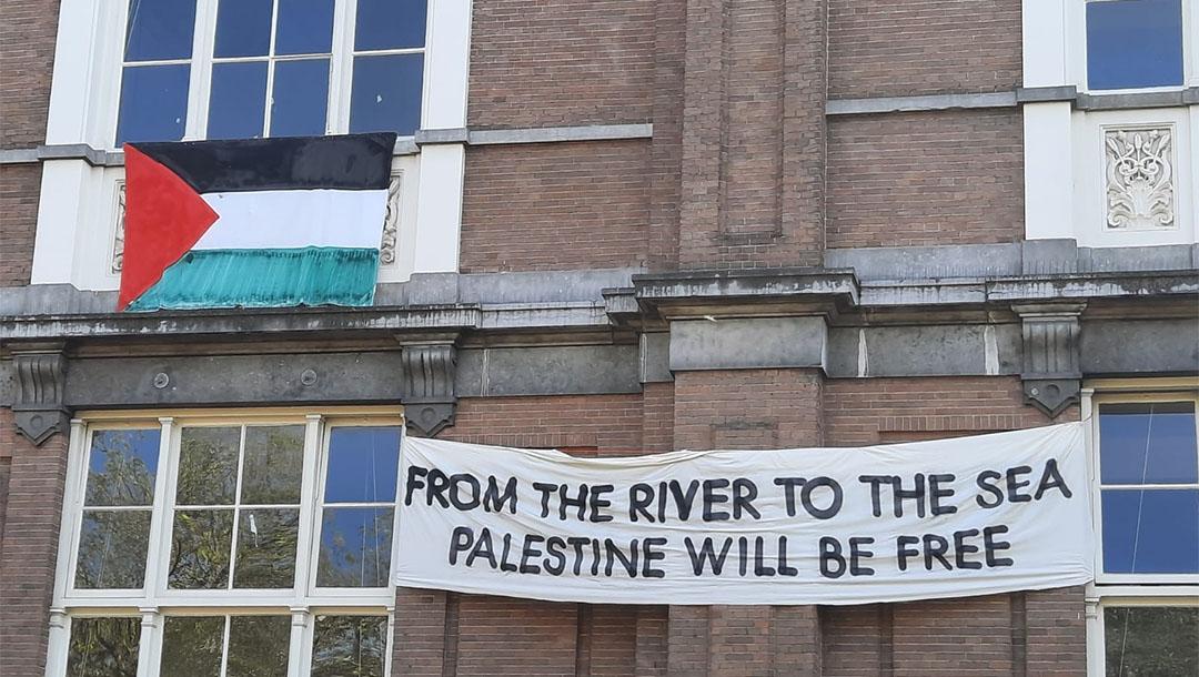 """Una universidad pública holandesa eliminó una serie de pancartas propalestina hechas por artistas residentes, incluida una que decía """"del río al mar"""""""