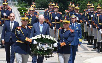 El presidente de Israel Reuven Rivlin, colocó una ofrenda floral en el monumento del Holocausto a los judíos rumanos y habló en el parlamento