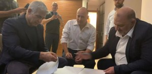 Mansour Abbas, Yair Lapid y Naftali Bennett