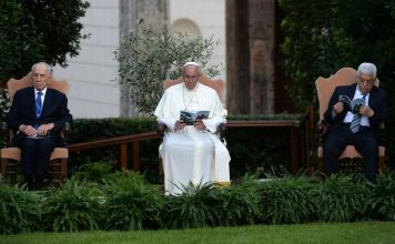 El papa Francisco I, Shimon Peres, Mahmoud Abbas y el patriarca ortodoxo griego Bartolomé se reunieron en el Vaticano el 18 de junio de 2014