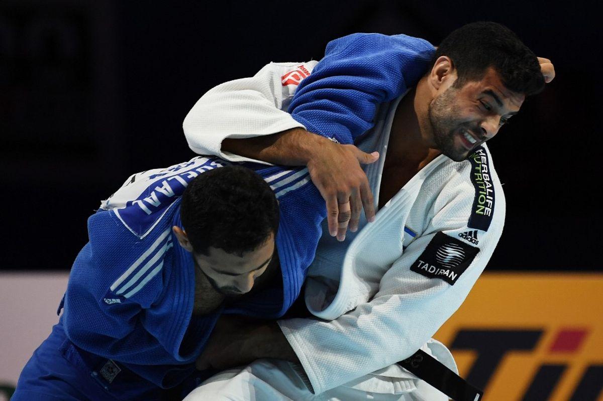 un judoca israelí y su contrincante luchan en una contienda