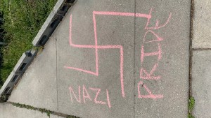 Una acera de Beverly Hills, California, fue desfigurada con una declaración pro-nazi y grafitis de una esvástica esta semana