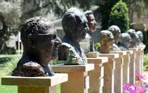 El busto del décimo presidente de Israel, Reuven Rivlin, fue instalado en la Avenida de los Presidentes en los jardines de Beit HaNasi (la Residencia del Presidente)