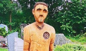 Ordenan a un hombre en el sur de Alemania, que retire una estatua de su padre que colocó junto a su tumba pues residentes acusan parecido a Adolf Hitler