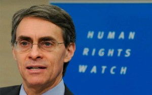 El director de Human Rights Watch, Ken Roth compartió en Twitter un informe e insinuó que el gobierno israelí era responsable del antisemitismo