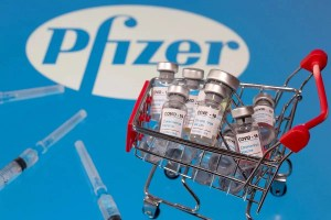 La FDA (Administración de Drogas y Alimentos) de EE. UU.aprobó completamente la vacuna COVID de Pfizer / BioNTech este lunes