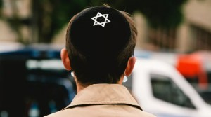 Un judío de 18 años con kipá fue golpeado por un grupo de 10 atacantes y llevado al hospital con la nariz y el pómulo rotos en Alemania