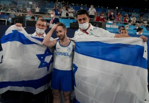Artem Dolgopyat con la bandera de Israel