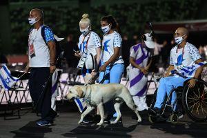 En la ceremonia de apertura de los Paralímpicos Tokio 2020, perritos guía acompañaron a la delegación de Israel y conmocionaron a los internautas