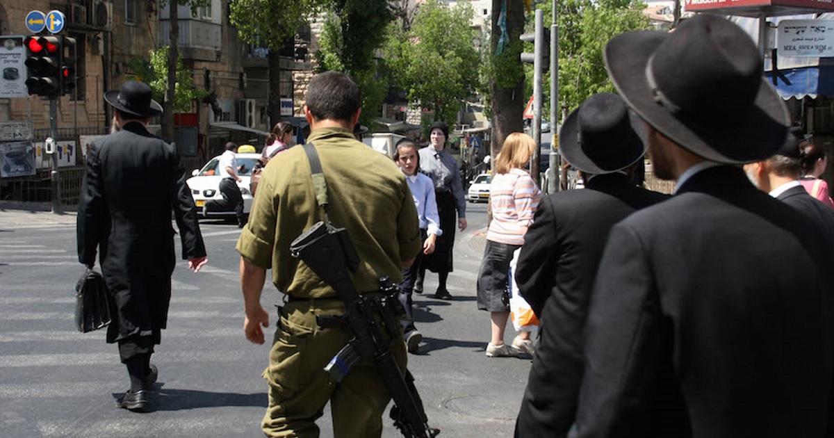 Ultraortodoxos y un soldado en Israel