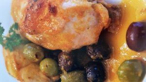 pollo con damascos, aceitunas negras y verdes al horno