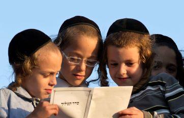 niños estudiando mitzvot