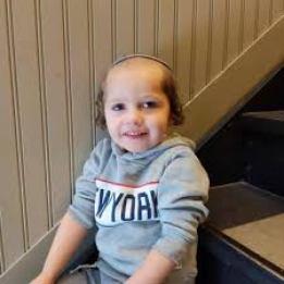 niño pequeño con caireles