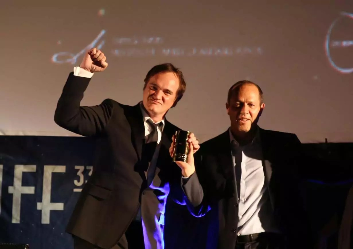 El director de cine Quentin Tarantino y fue recibido por una audiencia llena de sus compañeros frikis con una ovación de pie