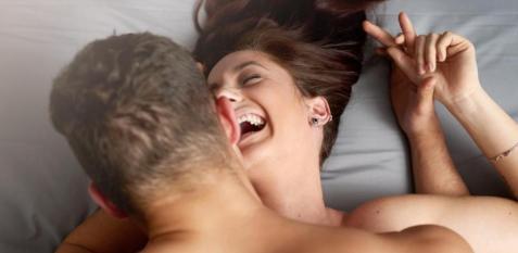 pareja riéndose en la cama