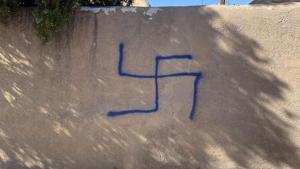 Se descubrió una esvástica pintada con aerosol en el exterior de un apartamento perteneciente a una pareja judía en Santa Fe, Nuevo México
