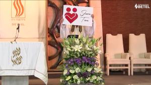 El rabino Marcelo Rittner muestra un Emoji en su prédica de Erev Rosh Hashaná 5782
