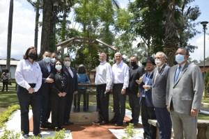 Inauguran estatua de Ana Frank en la ciudad de Antigua en Guatemala, el Embajador de Israel en ese país y miembros de la comunidad judía local