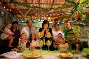 Una familia reunida en Sucot, en el momento de encender las velas