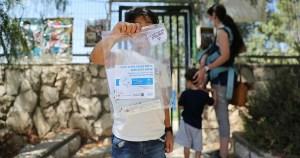 Niño israelí con una prueba de antigeno
