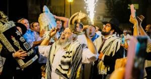 Judíos celebrando Simjat Torá