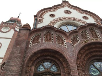 Ladrillo y cerámica de la sinagoga