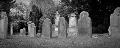 Cementerio antiguo con lápidas de piedra, de Marina