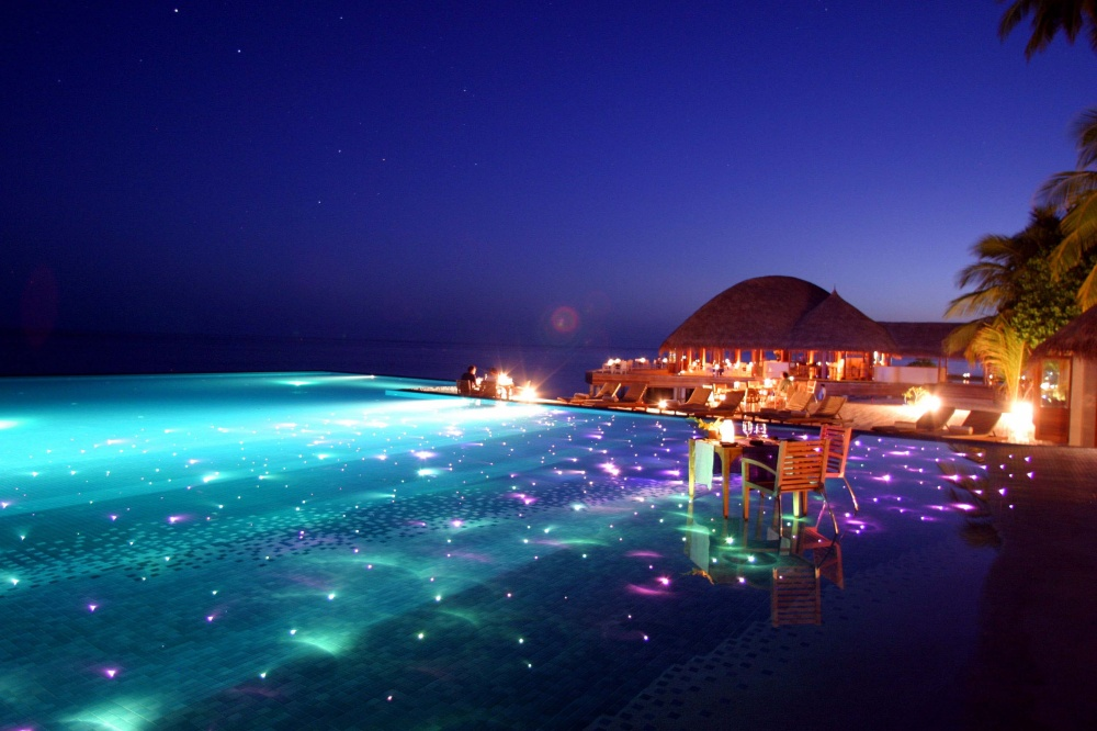 Piscine -1000-Infinity-Pool-with-dining-and-LED-lights-Huvafen-Fushi-Resort-in-Maldives