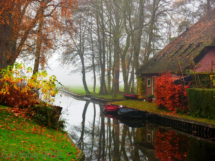 water-village-no-roads-canals-giethoorn-netherlands-13
