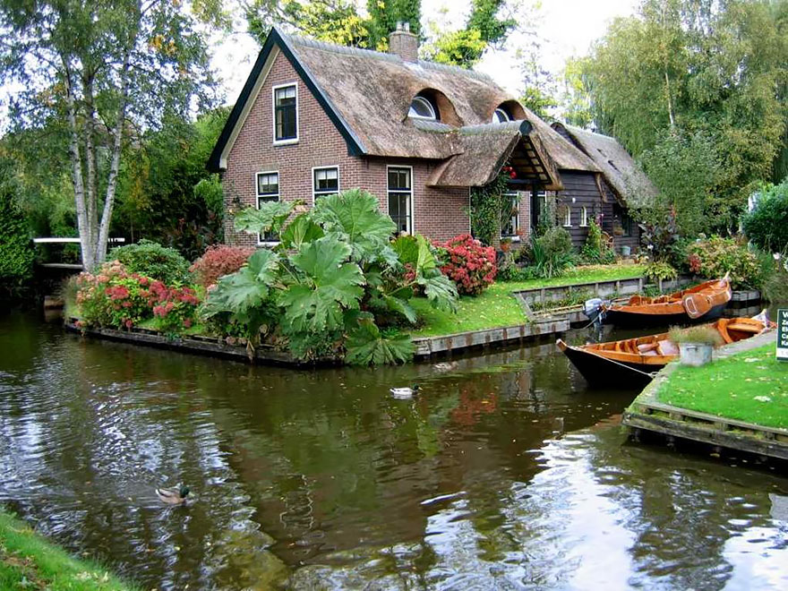 water-village-no-roads-canals-giethoorn-netherlands-8