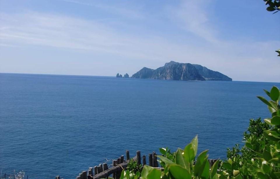 L'immagine può contenere: oceano, cielo, montagna, spazio all'aperto, natura e acqua