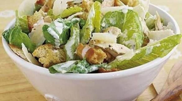 Ecco da dove viene il nome della Caesar salad e la ricetta perfetta per prepararla