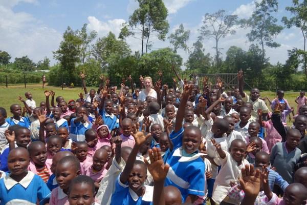 Die Unternehmerin Kaya-Line Knust (hinten M.), mit Stop the Water While Using Me eine Unterstützerin, vor Ort in Afrika