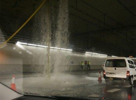 """Esto dentro de un túnel no es normal. Ni bueno (Foto de """"El Pais"""")."""