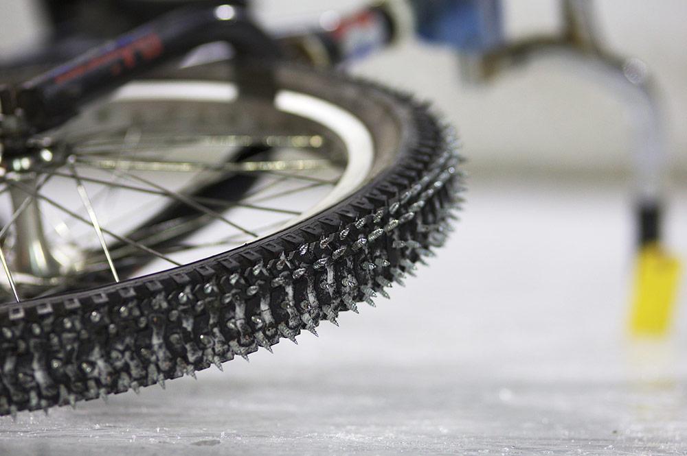 rueda de bici con clavos para el hielo