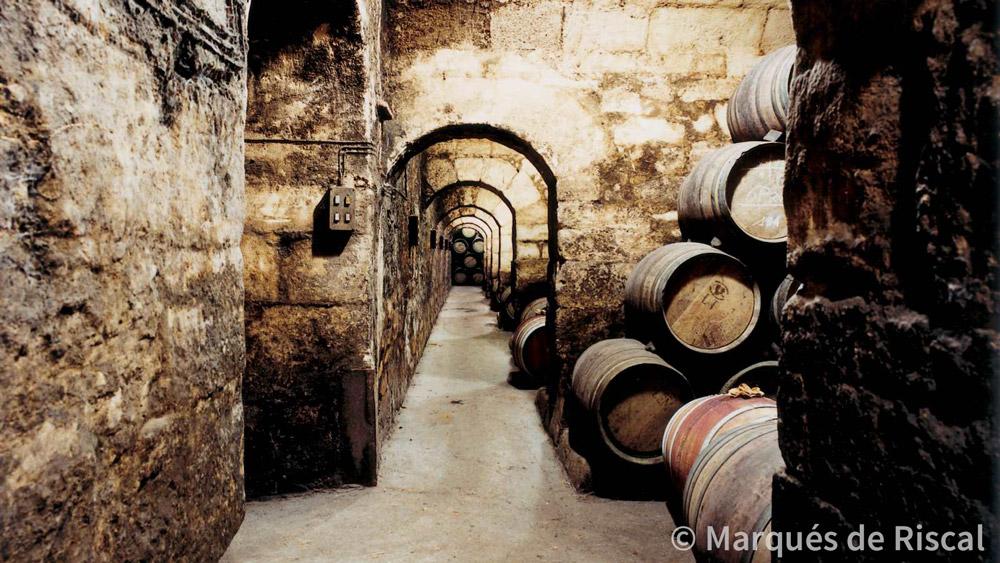 """Por ahí se va a """"La Catedral"""" de Marqués de Riscal, donde guardan vinos desde hace 100 años..."""
