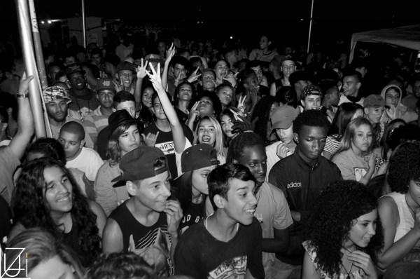 Adolescentes e jovens curtindo o caleidoscópio na Praça de Morro Agudo