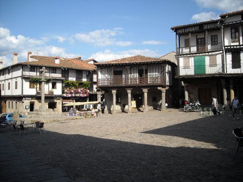 800px-Plaza_Mayor,_La_Alberca