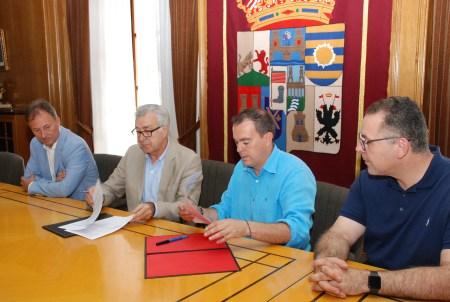 firma convenio de turismo con el ayuntamiento de Puebla de Sanabria