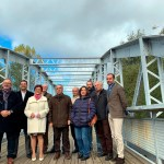 1 Alcaldesa de Villaobispo con otros representas comarcales y provinciales, en la inauguración del puente