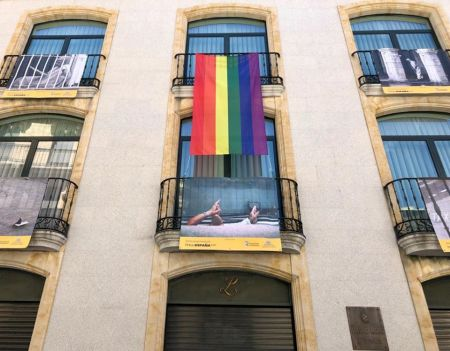 teatro liceo con bandera colectivo gay