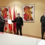El delegado recibe la memoria de la Asociación+Amigos Camino Santiago