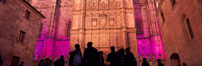 iluminación artística de la fachada rica del Edificio de las Escuelas Mayores