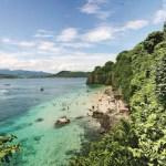 A lo largo de la bahía también podemos encontrar otros destinos como Isla El Cangrejo, Los Ayala o la espectacular Playa Frideras. Pero cerca de Guayabitos se encuentra otra joya natural de la zona que destaca: la isla del Coral, un verdadero acuario natural submarino. Este otro paraíso de Riviera Nayarit está certificado como playa limpia y algunas zonas de la isla han sido declaradas áreas naturales protegidas. Si se busca un destino no masificado, Isla Coral es la mejor opción. A pesar de sus 12 hectáreas de superficie, alberga una extensa flora y fauna y no es difícil encontrarse con una gran diversidad de aves como pelícanos, gaviotas o pájaros bobos. Además, sus aguas turquesas son perfectas para practicar snorkel y descubrir los tesoros que esconden sus aguas, mientras se observan especies únicas como caballitos de mar, peces multicolores y mantas marinas.