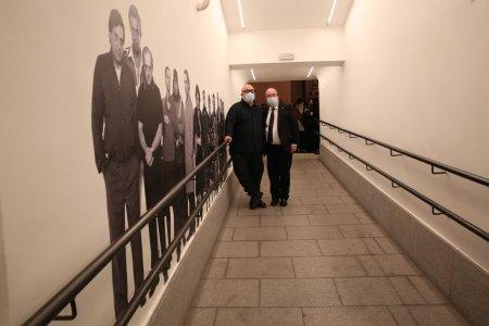 El ministro  @miqueliceta  y el director  @alexdelaIglesia  inauguran la exposición 'Álex de la Iglesia. Del cine como una de las bellas artes'
